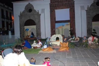 Centenares de personas presencian el Belén Viviente ante el pórtico de la Iglesia de la Asunción