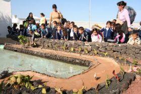 El V Concurso de Belenes de Teguise ha llenado la Villa de las mejores escenas navideñas, que este lunes han sido visitadas por un grupo de alumnos del colegio Sanjurjo Maneje