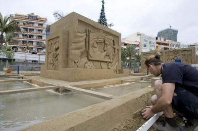 Siete artistas modelan el belén de arena más grande de España en Las Canteras