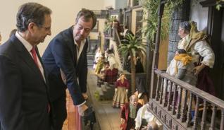 El Parlamento inaugura su Belén en la capital, que este año está ambientado en Gran Canaria