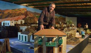 José Sánchez, ayer, con una réplica de la Casa León y Joven que volverá a lucir en su belén canario este año. | yaiza socorro